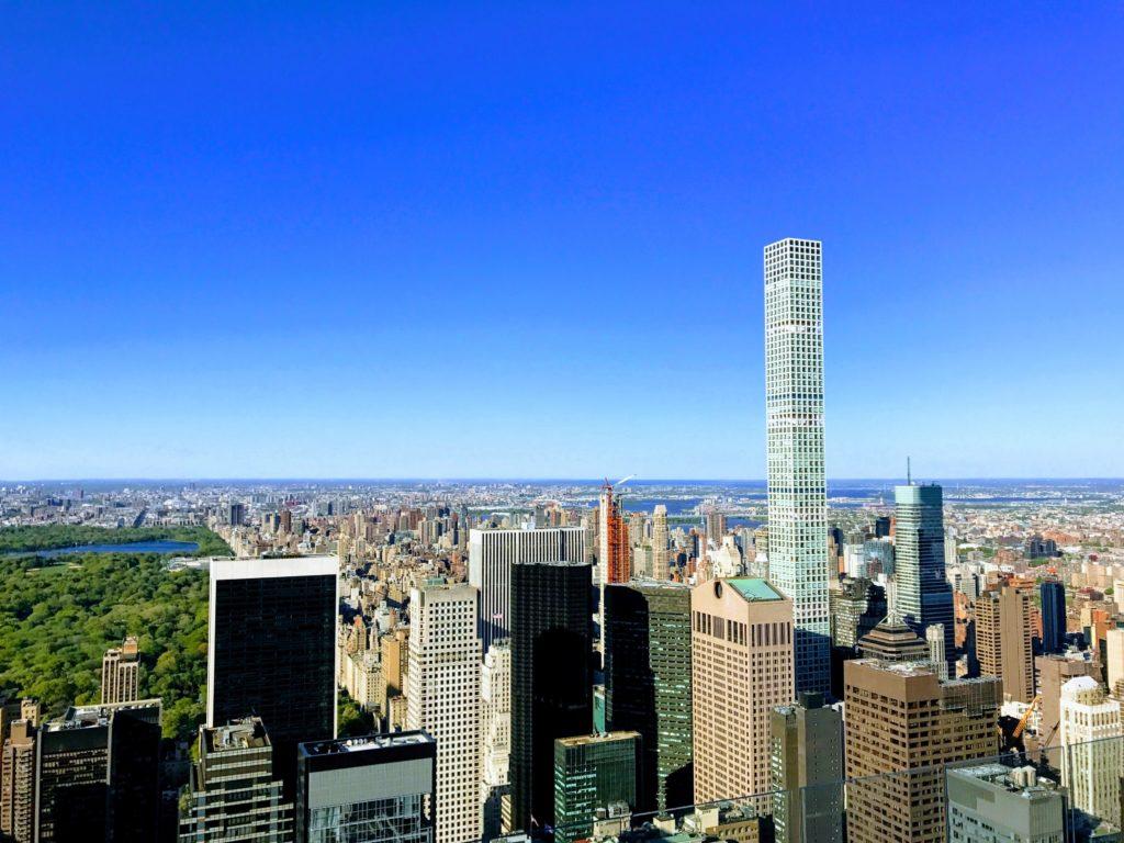 Vue de l'Upper East Side d'en haut, avec une partie de Central Park sur la gauche, et l'horizon nord de New York.