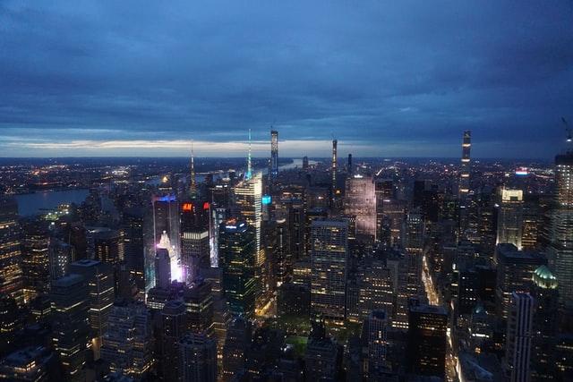 Vistas de Manhattan por la noche, con las luces de la ciudad.
